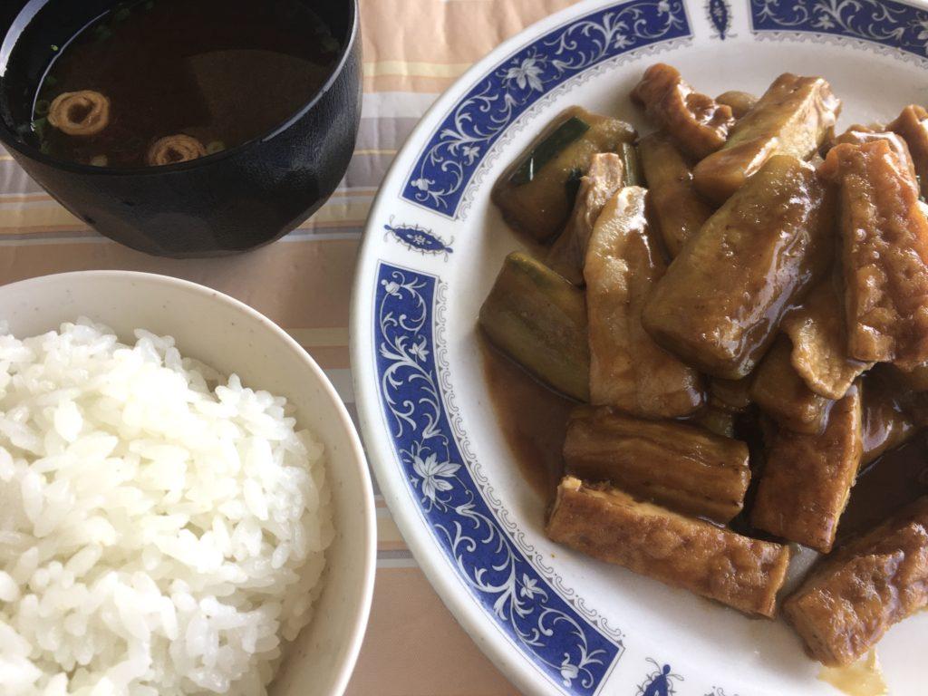 恩納村の「シーサイドドライブイン」の豚肉となすのみそ炒め定食