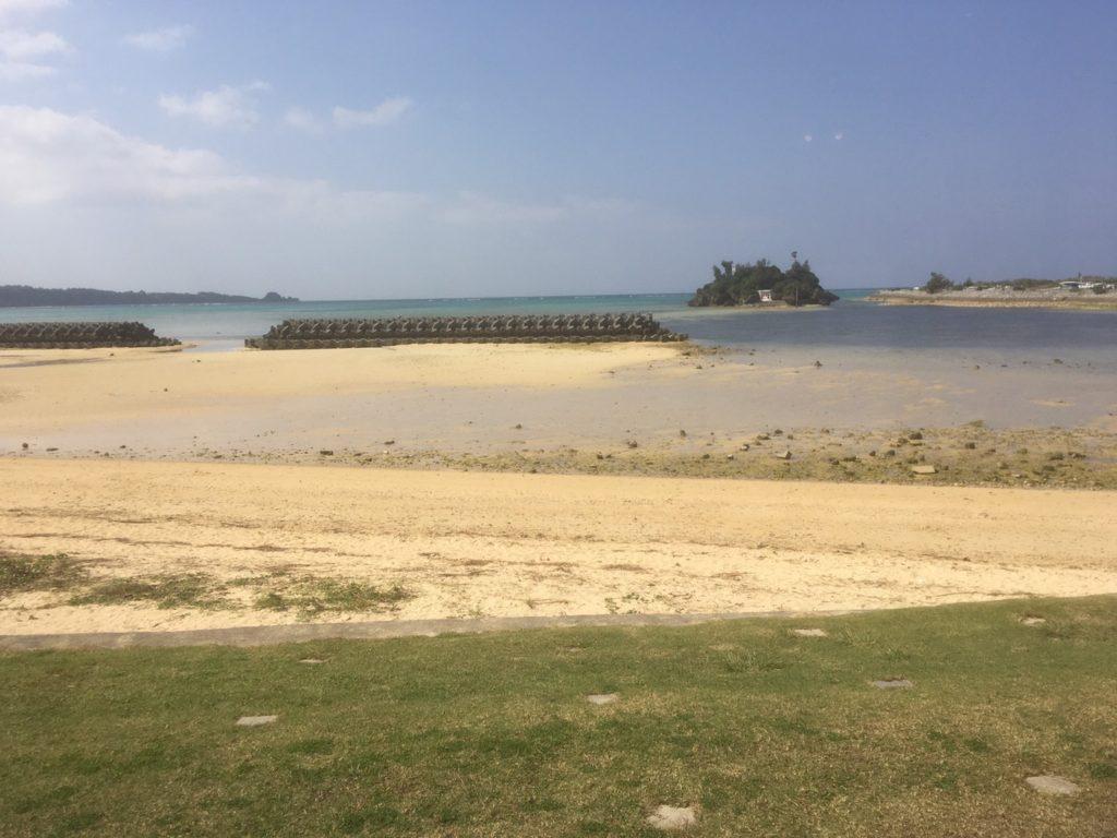恩納村の「シーサイドドライブイン」の外の浜辺