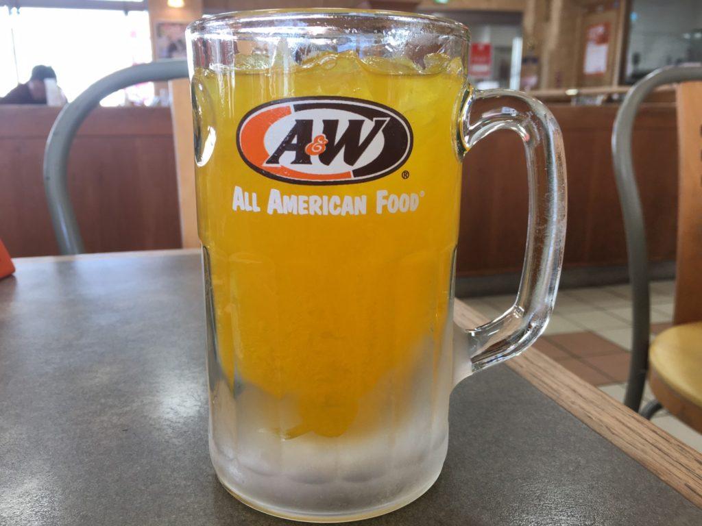 A&Wのオレンジジュースが入ったジョッキ